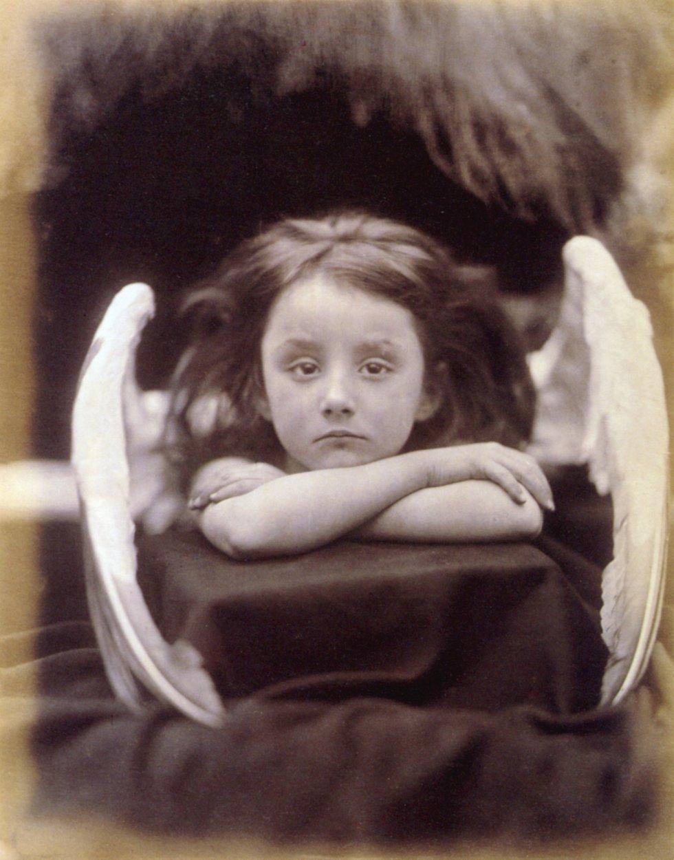 Julia Margaret Cameron (1815-1879) forma parte de una minoría de burgueses aficionados que realizaron una obra artística, puesto que la mayor parte de la sociedad no se podía permitir los costes de la fotografía. Realizaban obras pictóricas, que no representaban necesariamente la realidad, y que eran retocadas con técnicas manuales como el rascado. En la imagen, 'I wait' (1872) de Julia M. Cameron.