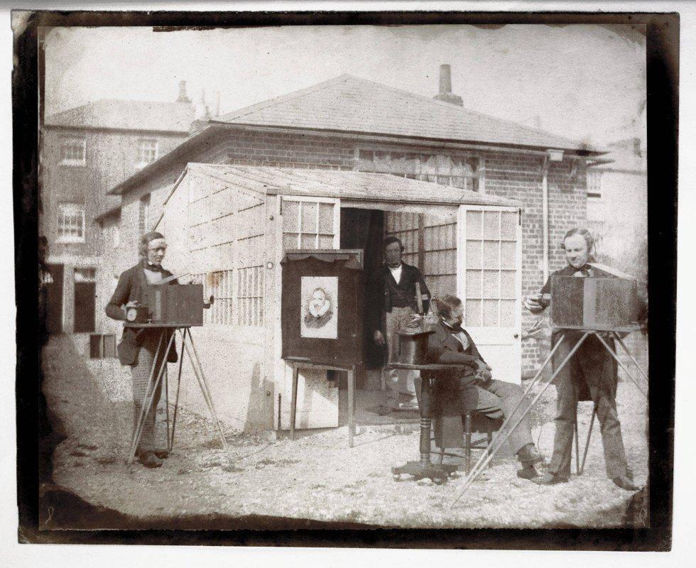 El Talbotipo o Calotipo (de la palabra 'kalos' o belleza) era un sistema fotográfico negativo - positivo. Aunque el negativo era en papel, el resultado visual no impresionó tanto como el daguerrotipo y no fue hasta 1860 que empezó a popularizarse. En la imagen, Fox Talbot realizando un talbotipo en 1845, en Reading (Inglaterra).