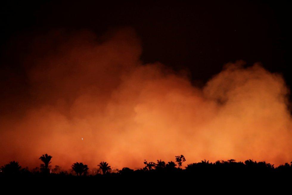 Cortina de fumaça produzida por um incêndio na Floresta Amazônica próximo a Humaita (AM). O fogo avança inclusive em áreas de proteção ambiental: só nesta semana foram registrados 68 incêndios em territórios indígenas e zonas de conservação.