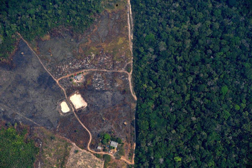 Vista aérea de un terreno deforestado en la selva amazónica próximo a los incendios, a unos 65 km de Porto Velho (Brasil), el 24 de agosto.