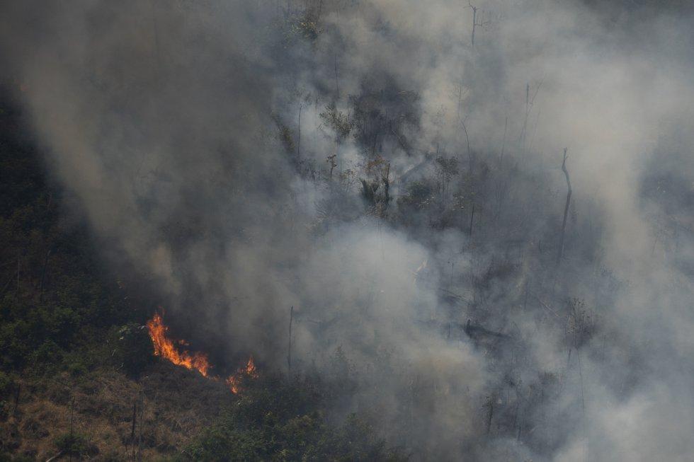 """El neerlandés Pepijn Veefkind dirige el instrumento Tropomi, un sensor a bordo del satélite europeo Sentinel-5P que es capaz de identificar puntos calientes de gases contaminantes en la atmósfera. """"Es cierto que los incendios a gran escala en la región amazónica ocurren todos los años. Aunque las condiciones meteorológicas puedan desempeñar un papel, hay que recalcar que la mayoría de estos focos están provocados por el ser humano"""", señala. En la imagen, vista aérea de uno de los incendios cerca de Porto Velho (Brasil), el 23 de agosto."""