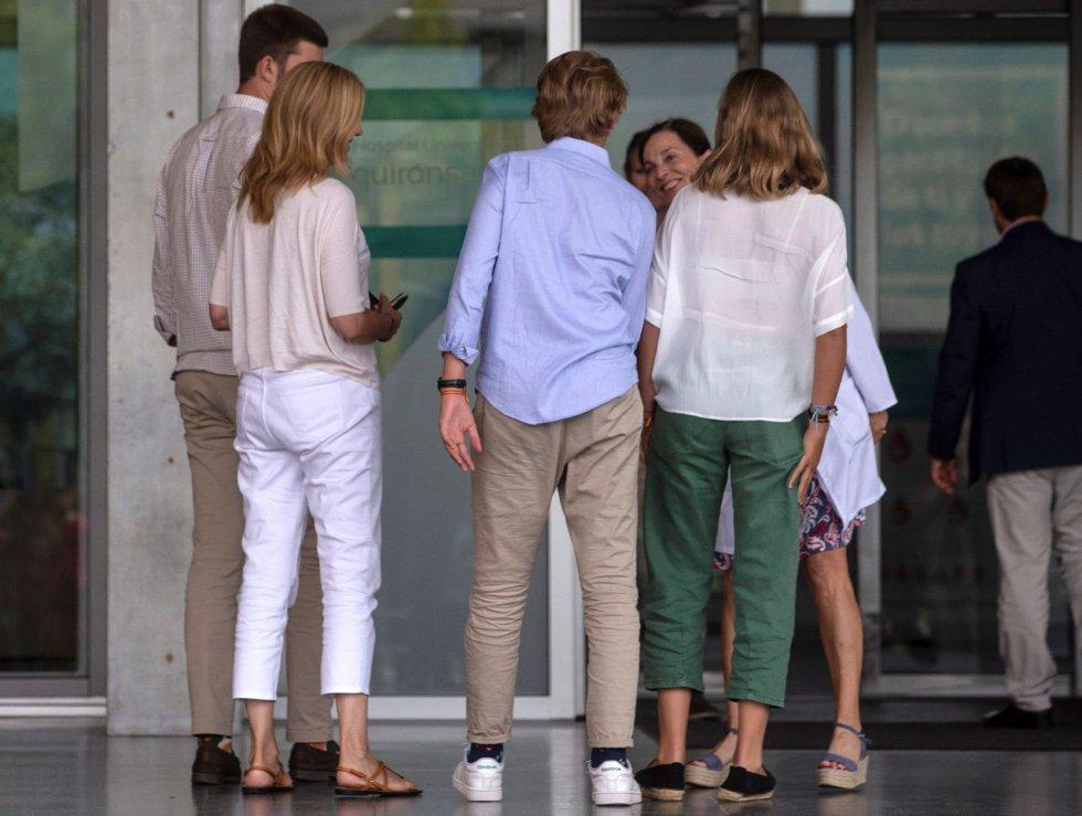 La infanta Cristina y sus hijos Juan Valentín, Irene y Miguel visitaron a Juan Carlos I este lunes, donde permanece ingresado tras haber sido sometido el pasado sábado a un triple bypass.