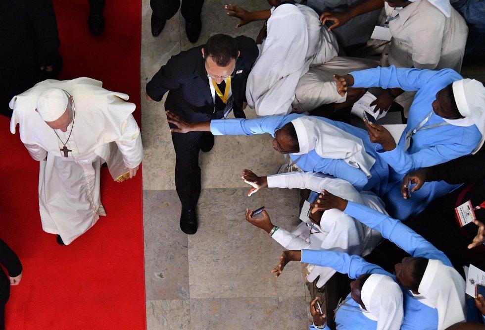 Papa y monjas africanas