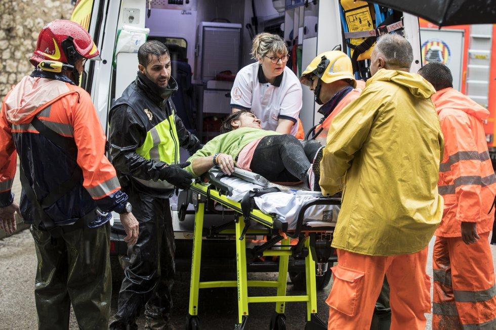 Una vecina de la localidad valenciana de Ontinyent es evacuada en ambulancia tras las inundaciones.