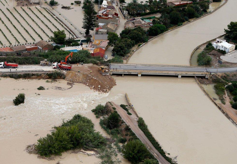 Vista aérea de la ciudad de Almoradí (Alicante) con la rotura del dique del río Segura a causa de la gota fría, este sábado.