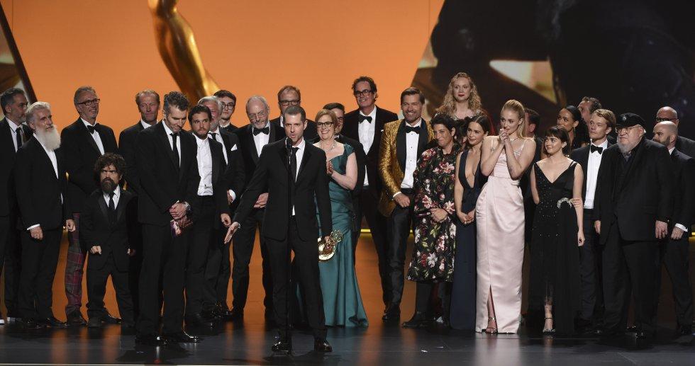 El producto D. B. Weiss (centro) junto al equipo de 'Juego de Tronos' tras recoger el Emmy a la Mejor serie dramática.
