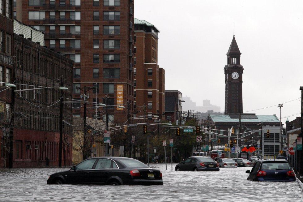 Una calle inundada en Nueva Jersey (EE UU), el 30 de octubre de 2012. La crecida que acompañó a la tempestad Sandy en 2012 expuso los puntos más vulnerables de la ciudad de Nueva York. Los estudios científicos revelan que el 37% de la zona puede sufrir inundaciones en 2050 si se siguen acelerando los efectos del cambio climático. El nivel del mar subirá casi dos metros para 2100.