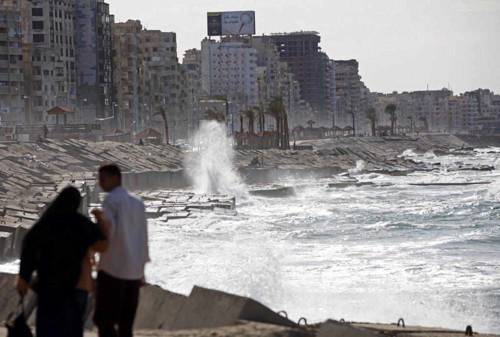 Una pareja camina cerca de la costa en Alejandría, el 14 de noviembre de 2010. Alejandría, con cuatro millones de personas, es la segunda ciudad más grande de Egipto, un centro industrial y un puerto que maneja cuatro quintos del comercio nacional. También es una de las ciudades de Medio Oriente con mayor riesgo por el aumento del nivel del mar debido al calentamiento global.