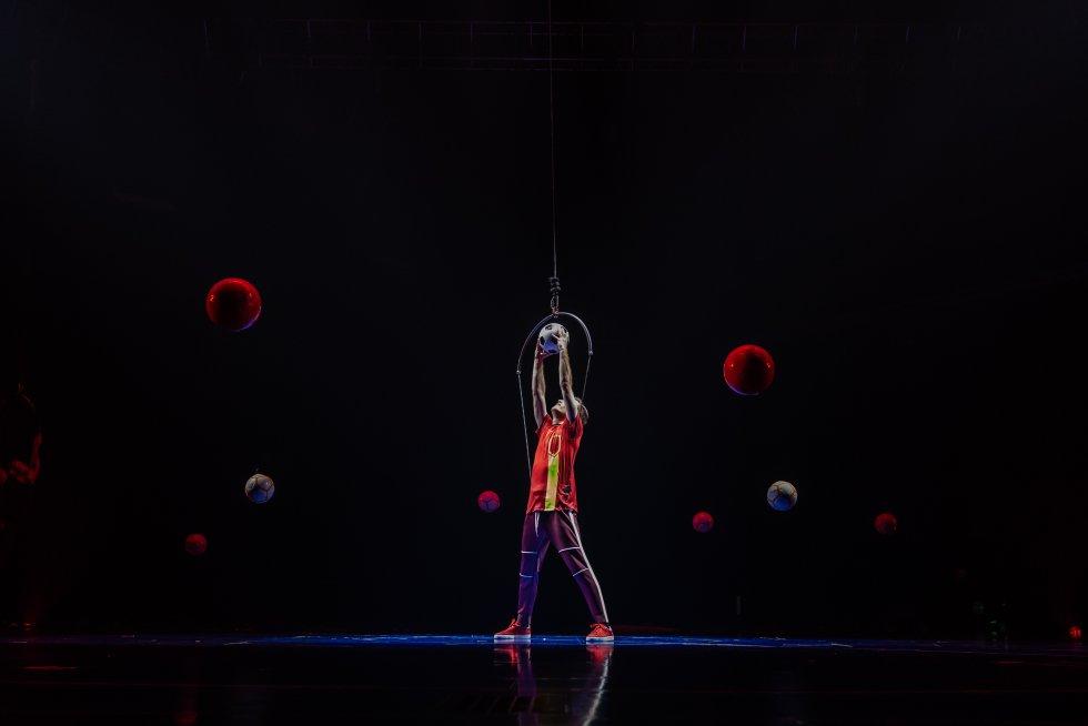 """El Cirque du Soleil ya se había inspirado en leyendas de la música como The Beatles o Michael Jackson para dar vida a nuevos montajes, pero esta vez han apostado por una figura destacada del deporte como Leo Messi. Una elección que satisface enormemente a LaLiga Santander, la competición en la que juega el azulgrana y que se ha asociado con la empresa canadiense para que la función salga a la luz: """"Que una de las empresas de entretenimiento más relevantes a nivel mundial haya decidido por primera vez hacer un espectáculo de un personaje vivo y que este juegue en España es un verdadero hito"""", explica Enrique Moreno, director de Marca Global y Activos de LaLiga, consciente de que la alianza con el Cirque du Soleil es un vehículo para transmitir el trabajo en equipo y el espíritu de superación, dos pilares fundamentales que defiende la institución. En la imagen, una de las escenas del espectáculo."""