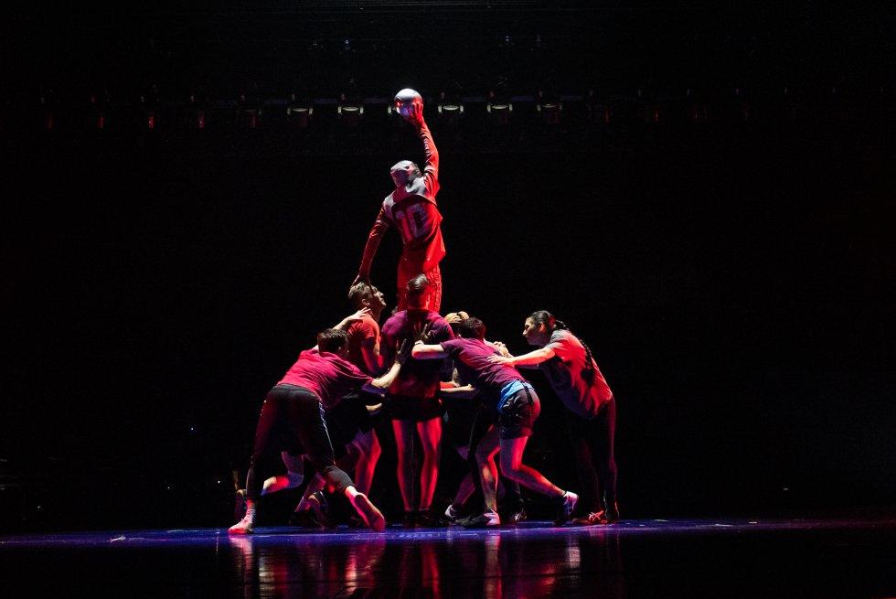 """La alianza entre el Cirque du Soleil, LaLiga y Leo Messi es la suma de tres grandes marcas con un impacto enorme. Los 'shows' del circo de origen canadiense nacido en los ochenta han llegado a más de 190 millones de espectadores en 60 países, la máxima competición del balompié español se ve en 180 países del mundo y el azulgrana es el tercer futbolista con más seguidores en redes sociales. """"Somos un espectáculo que compite con otros grandes productos y plataformas. Ir de la mano del Cirque du Soleil nos va a abrir aún más las puertas de mercados en los que estamos asentados"""", cuenta el director de Marca Global y Activos de LaLiga, Enrique Moreno. En la foto, una escena de la función."""