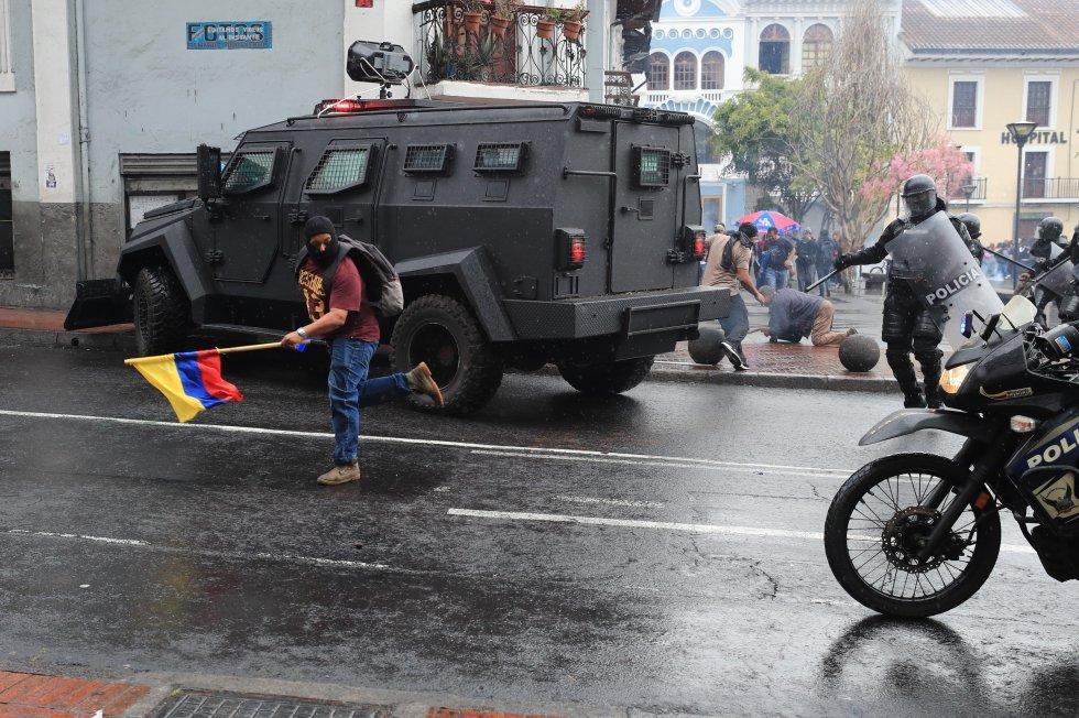 Desde la medianoche del miércoles no hay transporte y las clases han sido suspendidas en todo el país. En la imagen, una tanqueta desplegada en las calles de la capital del país andino, este jueves.