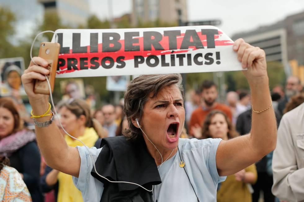 Grupos de personas salen a la calle en Barcelona tras conocerse la sentencia del 'procés'.