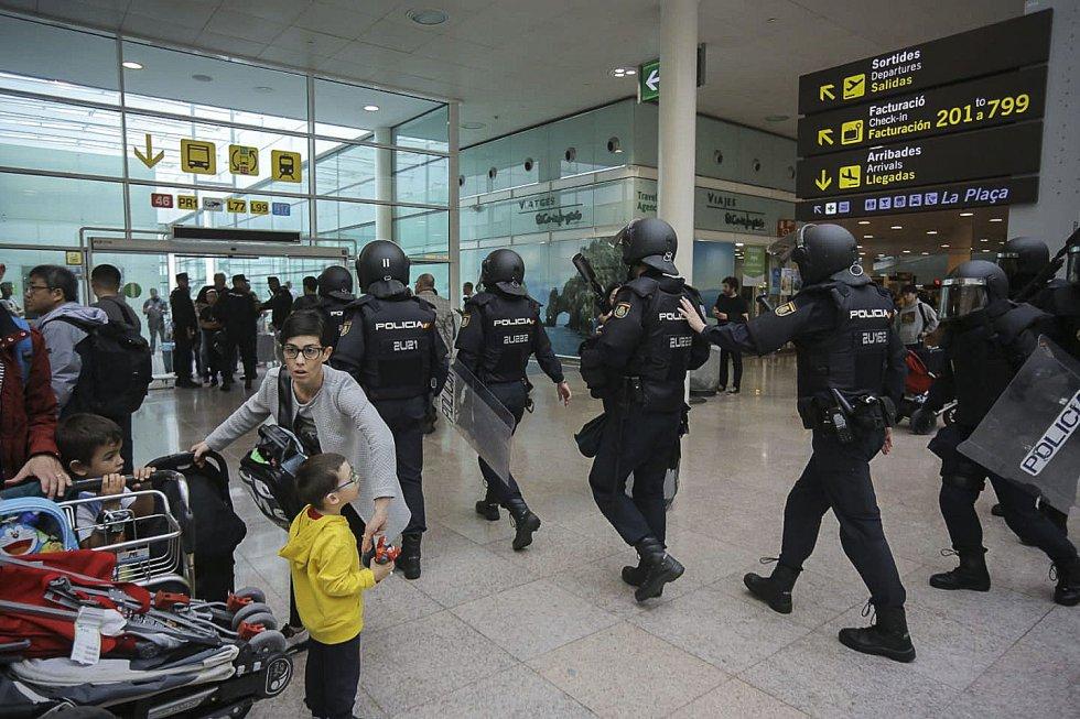 Miembros de la Policía Nacional se preparan para la llegada de los manifestantes.