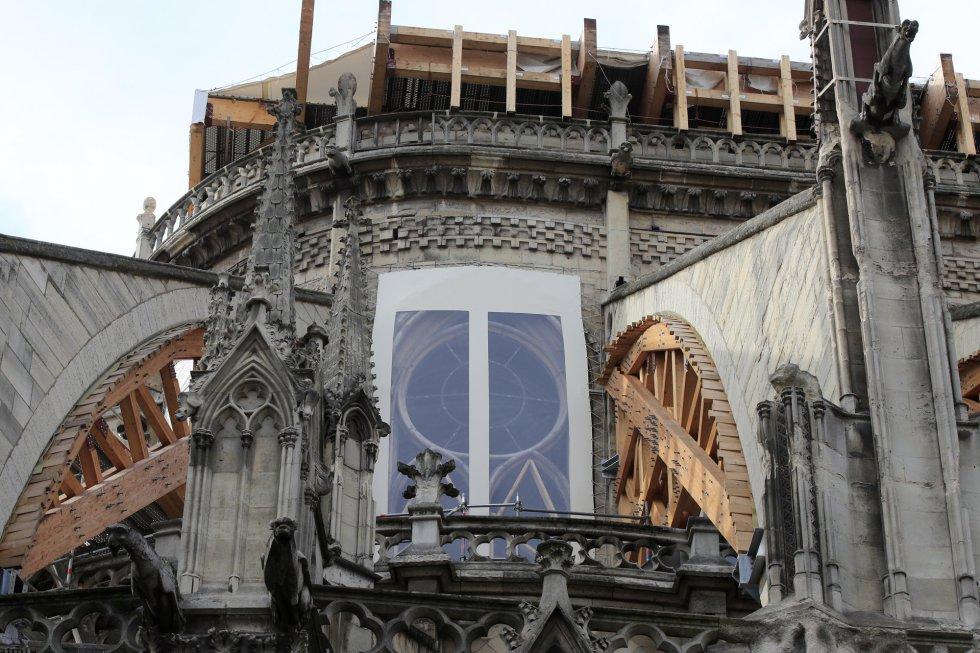 Las obras en curso en la catedral están destinadas a consolidar el edificio gótico, parcialmente devastado por un incendio el 15 de abril. En la imagen, trabajos de restauración de la catedral de Notre Dome, este martes en París (Francia).