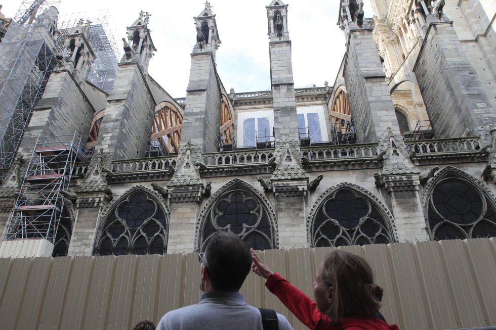 El incendio suscitó una ola de solidaridad en Francia, que se concretó desde los 200 millones de euros desembolsados por el magnate francés Bernard Arnault, propietario del grupo de lujo LVMH, al euro que ofreció un niño de ocho años.