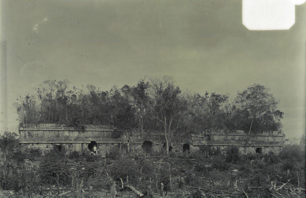 Vista de Chichén Itzá, a partir do sul de um edifício conhecido como 'Ak at Cib'.