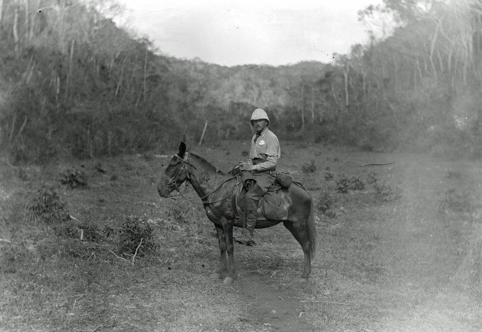 Maudslay monta a cavalo, rumo à América Central durante os anos 1880. Ele foi um visionário e agora uma aliança entre o Google, o Museu Britânico e o Instituto Nacional de Antropologia e História, INAH, resgata seu legado.