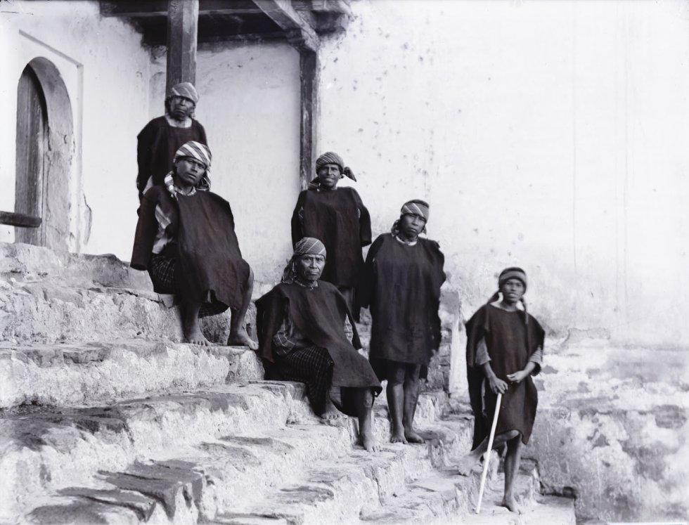 Um grupo de homens na entrada de um edifício, em uma fotografia sem data exata. Localizada no atual estado de Chiapas, Palenque era uma das cidades-estado mais importantes da civilização maia.