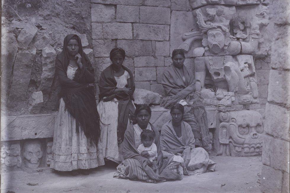 Um grupo de mulheres em Copán, Honduras. As imagens mais antigas das ruínas de Palenque, Chichen Itza ou Yaxchilan, visitadas todos os anos por milhões de turistas, foram tiradas por Alfred Maudslay.
