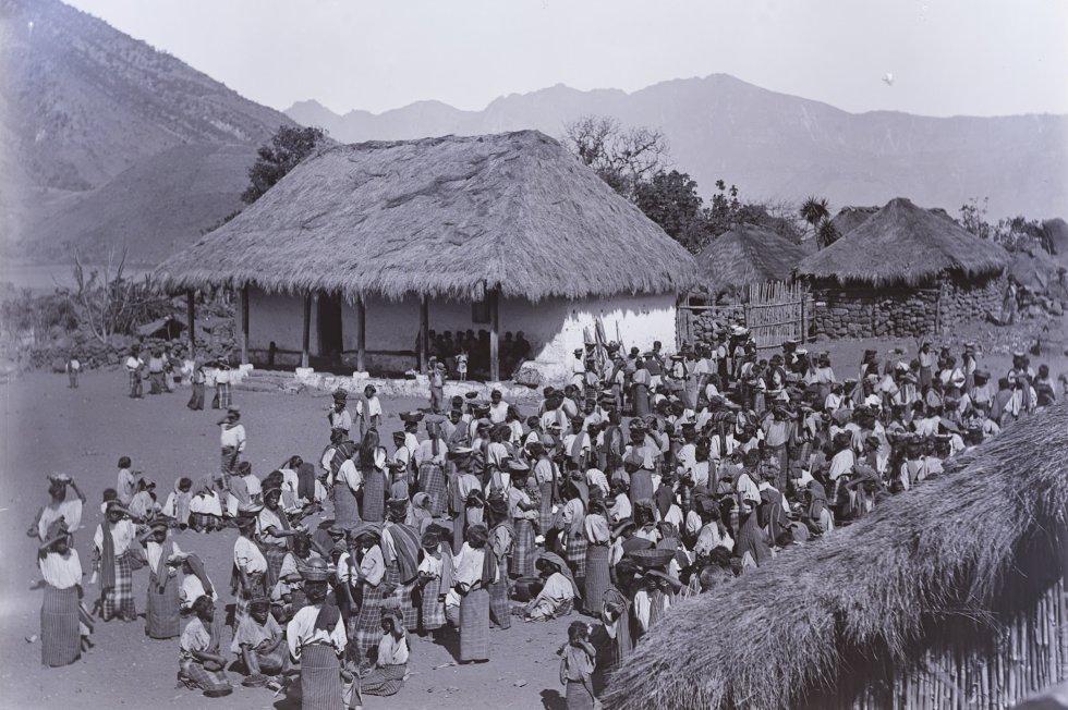 Um grupo de pessoas em um povoado indeterminado.