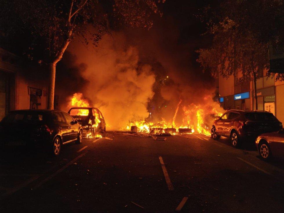 Una hoguera y varios coches ardiendo en el centro de Barcelona, durante la manifestación contra la sentencia del 'procés'.