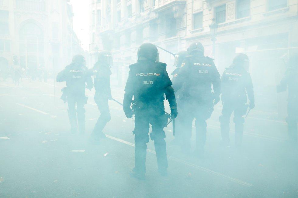 Agentes antidisturbios protegen la comisaría de la Policía Nacional de la Via Laietana de Barcelona.