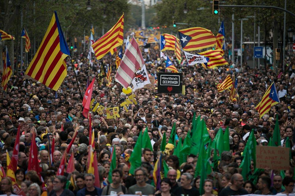 Un momento de la manifestación que ha discurrido por el centro de Barcelona para protestar contra la sentencia del 'procés' y para reclamar la independencia.