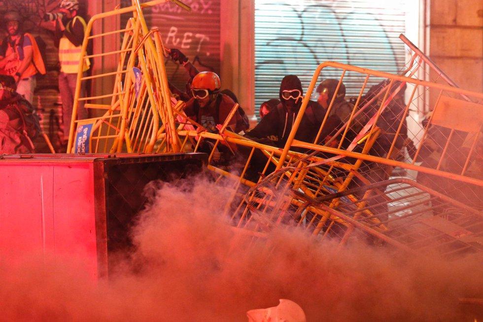 Manifestantes durante los incidentes que se están produciendo en Barcelona.