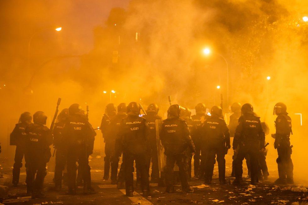 Policias antidisturbios durante los incidentes que se están produciendo en Barcelona.