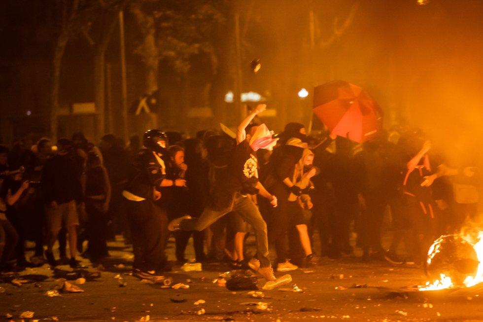 Manifestantes durante los incidentes que se están produciendo en Barcelona, el día en el que Cataluña vive su cuarta huelga general en menos de dos años vinculada al proceso independentista.