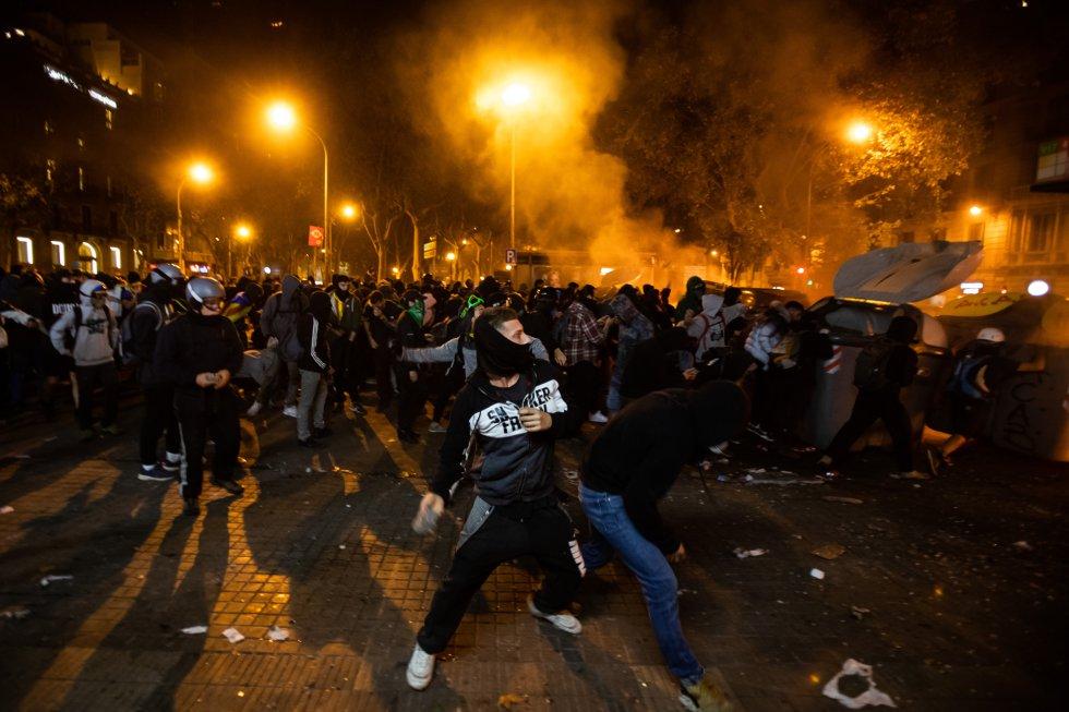 Manifestantes durante los altercados que se están produciendo en Barcelona.