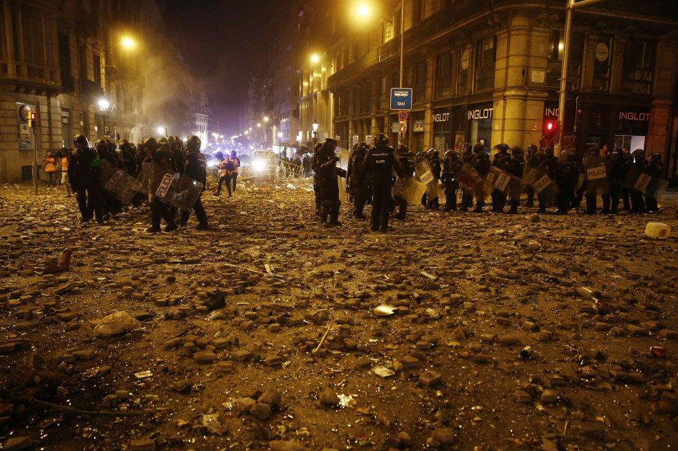 Un grupo de policías antidisturbios durante los altercados que se están produciendo en Barcelona.