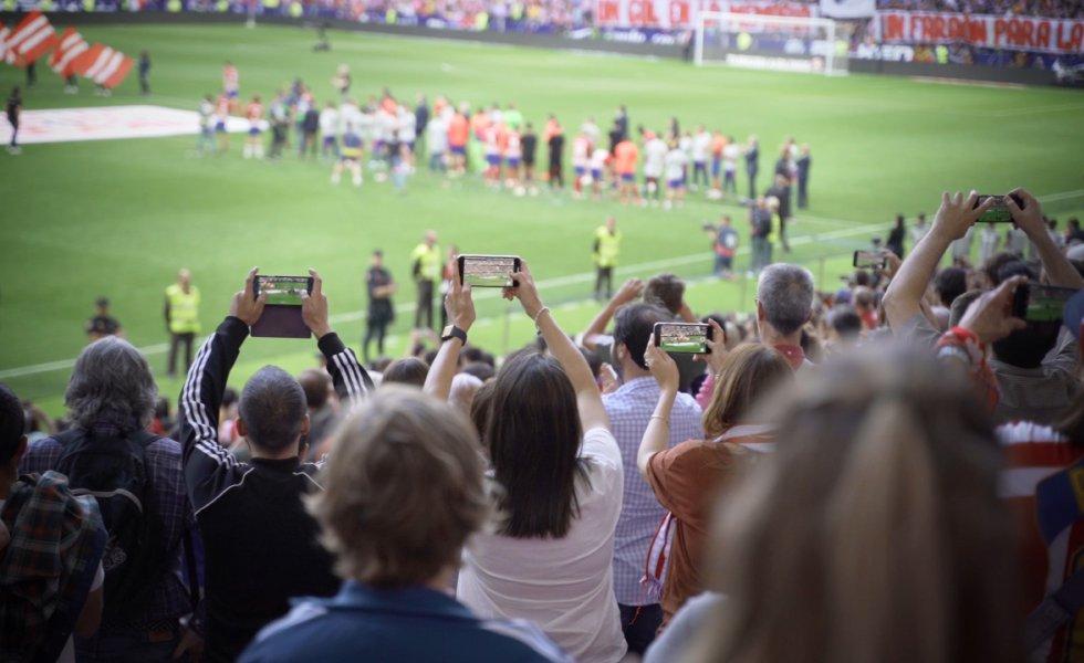 Desde la sala inteligente del Wanda Metropolitano también es posible gestionar la señal de televisión y las conexiones inalámbricas. De esta forma, se garantiza que millones de espectadores puedan disfrutar de un evento desde la comodidad de su hogar y sin interrupciones. De igual forma, los asistentes al estadio pueden estar siempre conectados e interactuar con sus dispositivos móviles en determinados momentos, como cuando se marca un gol. La capacidad del recinto ha sido puesta a prueba en la final de la Champions League de 2019 entre el Tottenham y Liverpool, con un aforo lleno y millones de personas siguiendo la transmisión.