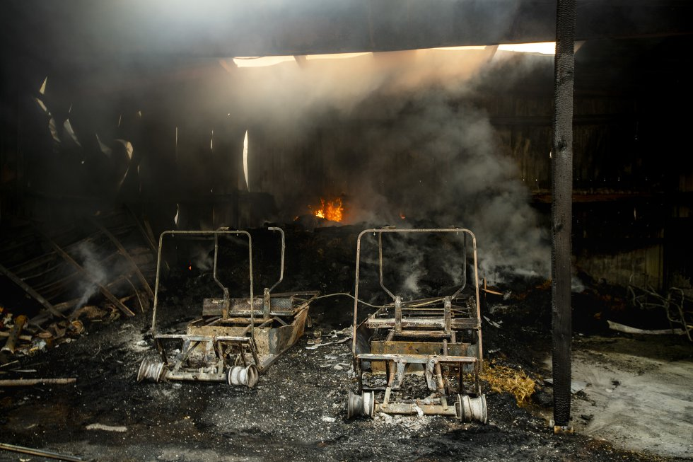 Un edificio en  Fieldstone Farm tras el incendio en en Santa Rosa, el lunes 28 de octubre.rn
