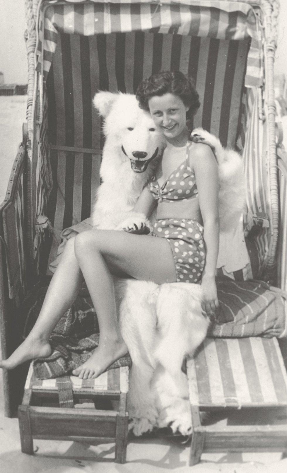 En la playa, en los bares, en la feria... Cualquier lugar era buen escenario para posar con el oso polar de peluche.