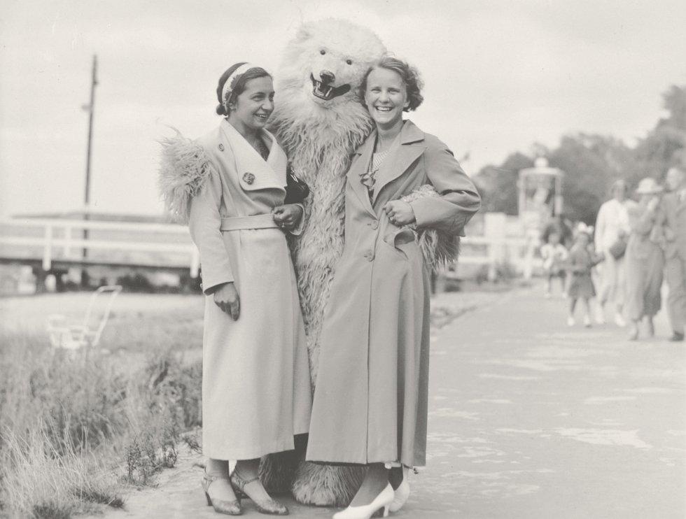 Una persona disfrazada de oso polar y unos espontáneos que posan con tan curioso personaje es el hilo conductor del libro 'Polar Bears'.