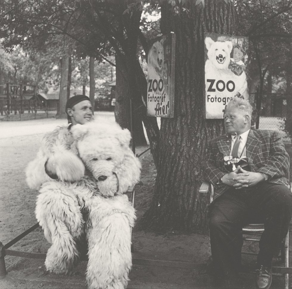 Modelo y fotógrafo esperan la llegada de clientes en un zoo.