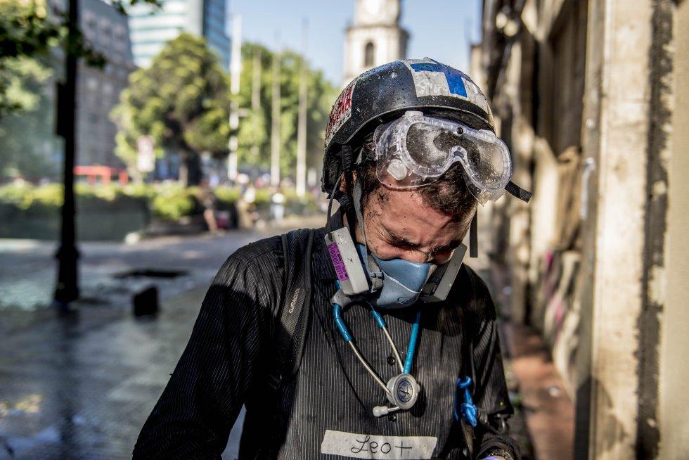 Leonardo es un joven venezolano que se alistó como voluntario. Se vio afectado por el gas lacrimógeno durante una jornada de protestas.