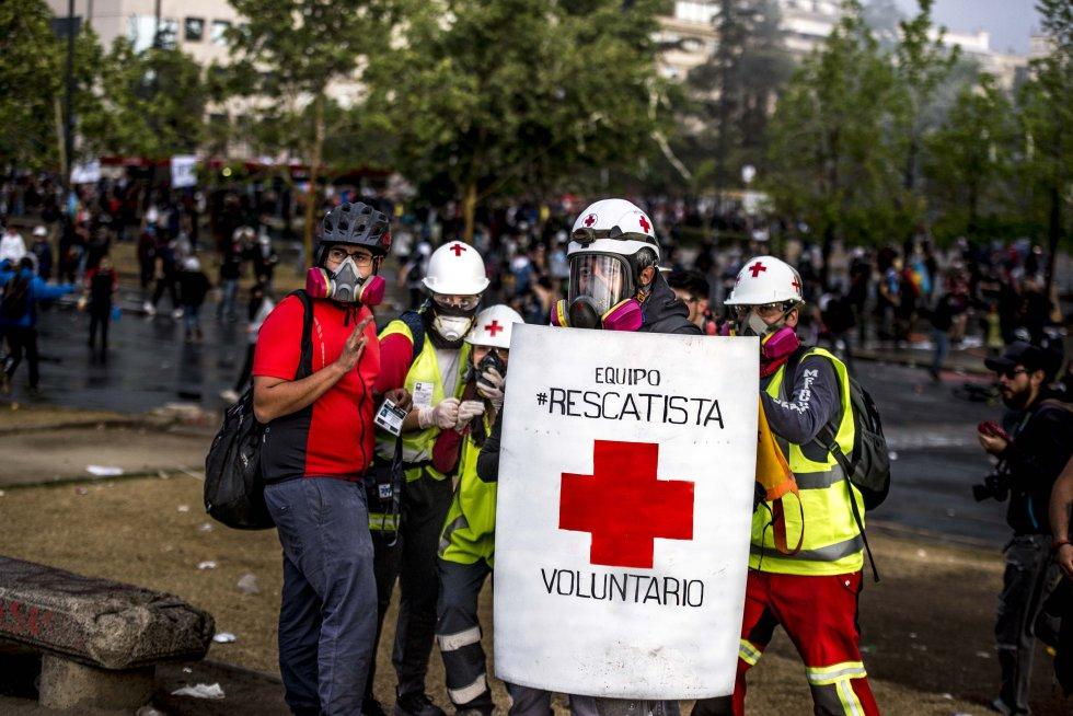 Los voluntarios seguirán en la calle hasta que se acaben las manifestaciones. Y las protestas acabarán hasta que una nueva Constitución reemplace la vigente, escrita durante la dictadura de Augusto Pinochet.