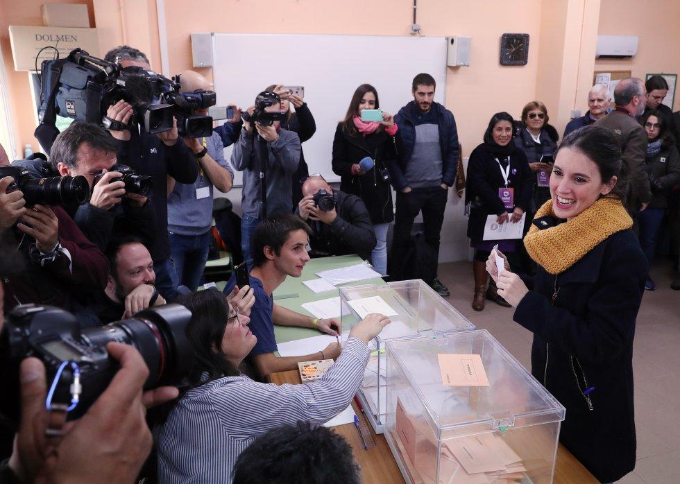 La dirigente de Unidas Podemos Irene Montero deposita su voto en la localidad madrileña de Galapagar.