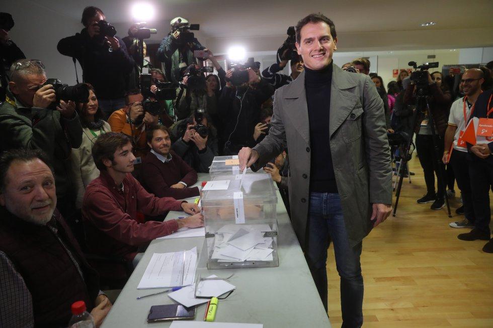 El candidato de Ciudadanos a la Presidencia del Gobierno, Albert Rivera, vota en el Colegio Volturno de Pozuelo de Alarcón (Madrid).