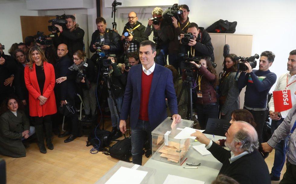 Pedro Sánchez, líder del PSOE, ejerce su derecho al voto en Pozuelo (Madrid).