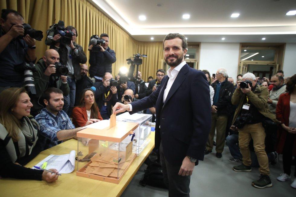 El presidente del Partido Popular Pablo Casado, deposita su voto en Madrid.