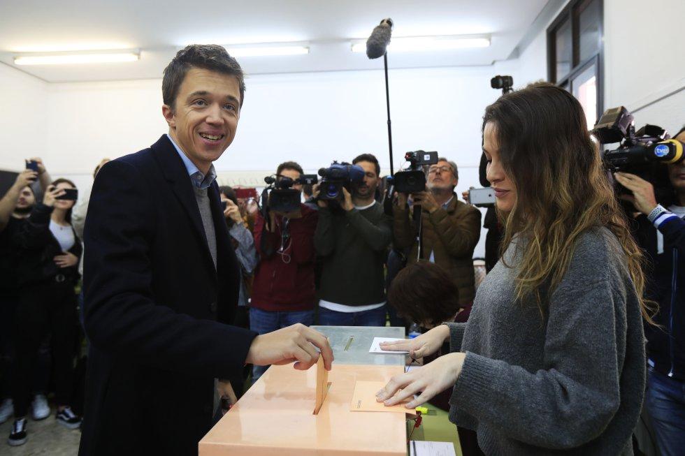 El candidato de Más País a la Presidencia del Gobierno, Íñigo Errejón, vota en el Colegio Santa Teresa de Jesús de Madrid.