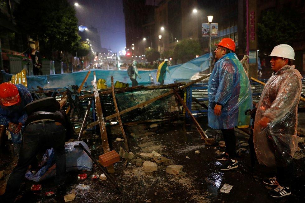 Varios manifestantes construyen una barricada durante una protesta contra el presidente de Bolivia, Evo Morales, en La Paz, el domingo 11 de noviembre.