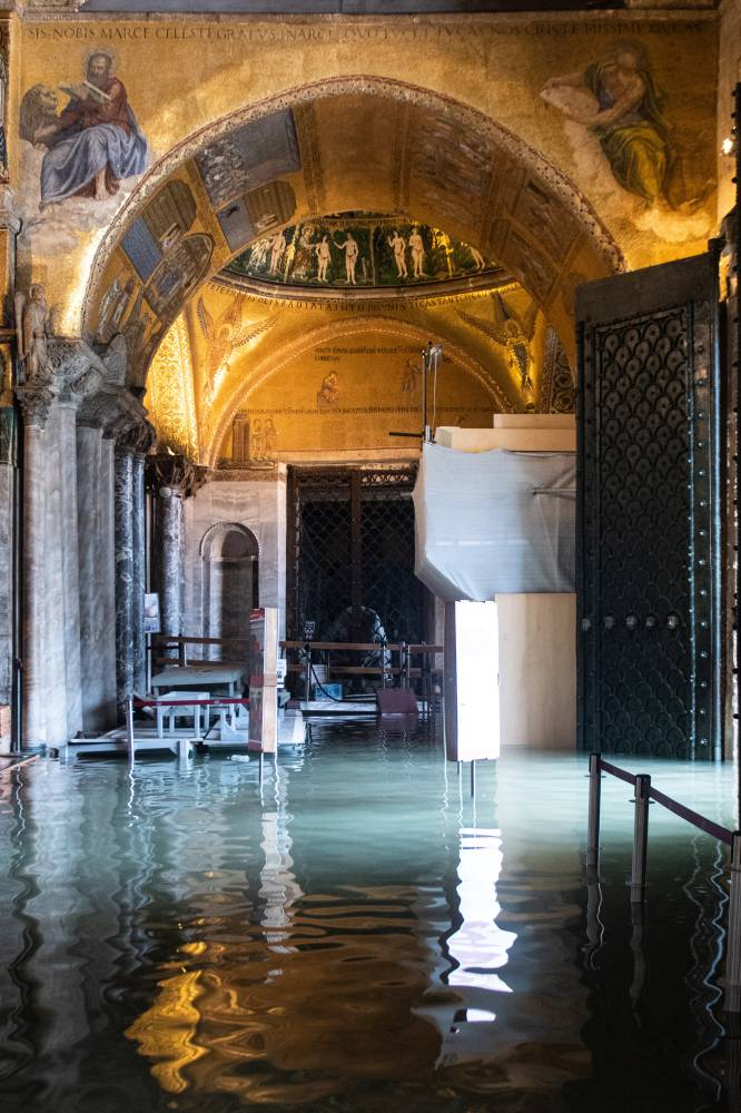 El interior de la basílica de San Marcos anegada de agua, este miércoles.