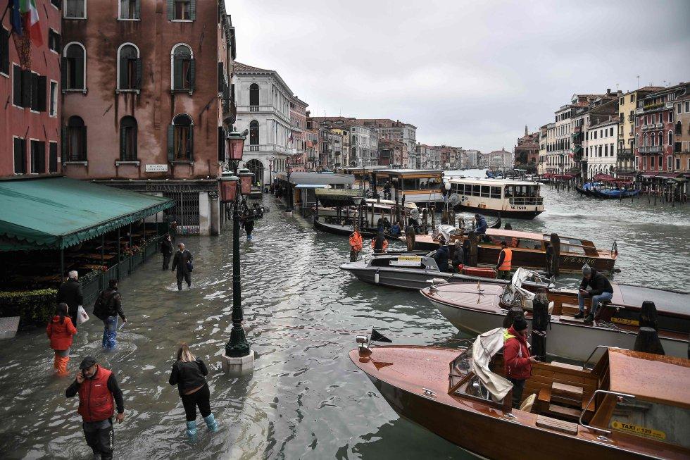 Vista de Venecia desde el puente de Rialto, tras la peor inundación de la ciudad desde 1966.
