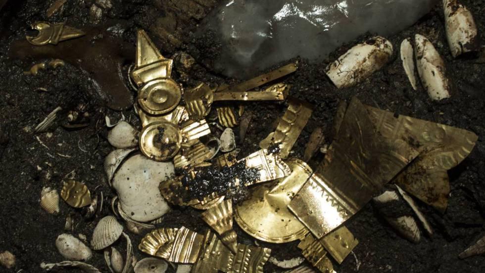 Contenido de la ofrenda del lobo de ocho meses hallado en 2017 en las excavaciones del Templo Mayor.