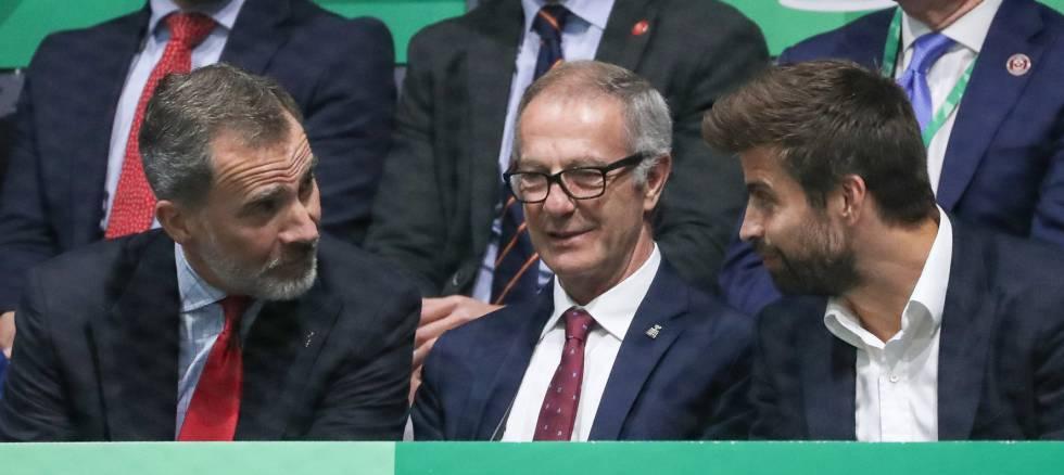El rey Felipe conversa con el futbolista Gerard Piqué, organizador de la Copa Davis, en presencia del ministro de Cultura en funciones, José Guirao.