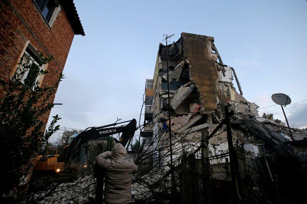 El epicentro del terremoto se ha registrado a unos 30 kilómetros de la capital y a una profundidad de 10 kilómetros, según el Servicio Geológico de los Estados Unidos. En la imagen, un edificio destruido tras el seísmo en la ciudad de Thumane.
